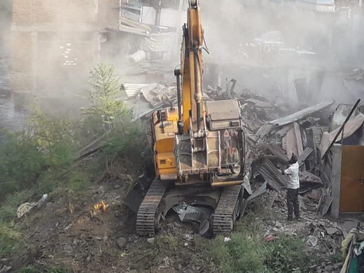 बुधवार सुबह मच्छी बाजार में टीम ने चंदनवाला के अवैध निर्माण को गिराया।