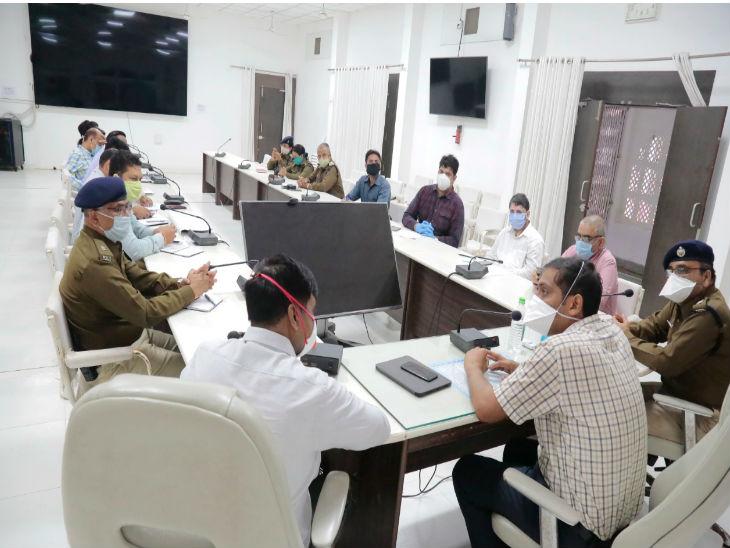 अधिकारियों के साथ बैठक करते उज्जैन कलेक्टर व एसपी - Dainik Bhaskar