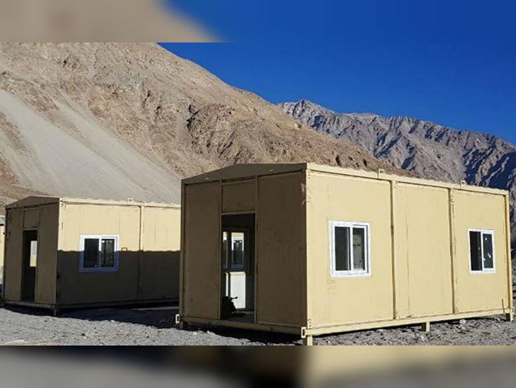 सेना के लिए तैयार की गई हाउसिंग फेसिलिटी में बिजली, पानी और हीटिंग के बेहतर इंतजाम हैं।