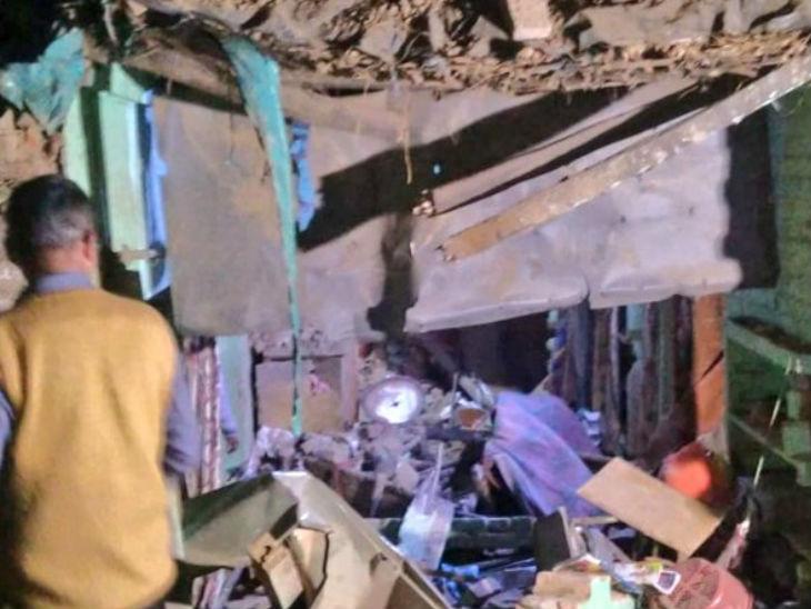 मेरठ में विस्फोट: अचानक एक मकान में हुआ धमाका, उड़ गए चार पड़ोसियों के मकान की छत, पिता-पुत्र की मौत