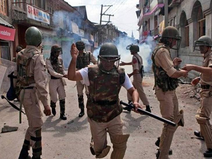 आतंकी हमले के बाद सुरक्षाबलों ने पूरे इलाके को घेरकर सर्च ऑपरेशन शुरू कर दिया है। (फाइल फोटो) - Dainik Bhaskar