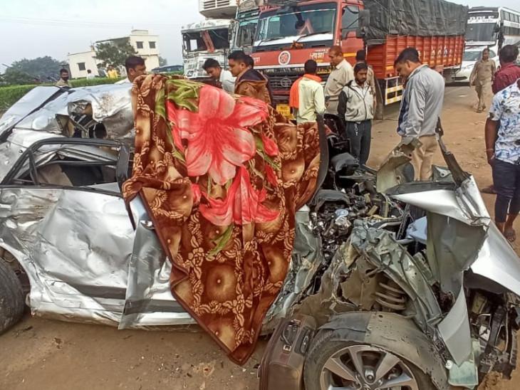 कार काटकर निकाले गए मृतकों के शव।