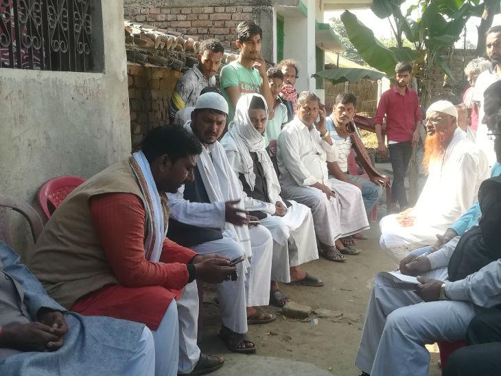 पीड़िता के घर के बाहर स्थानीय नेताओं का जमावड़ा लगा है।
