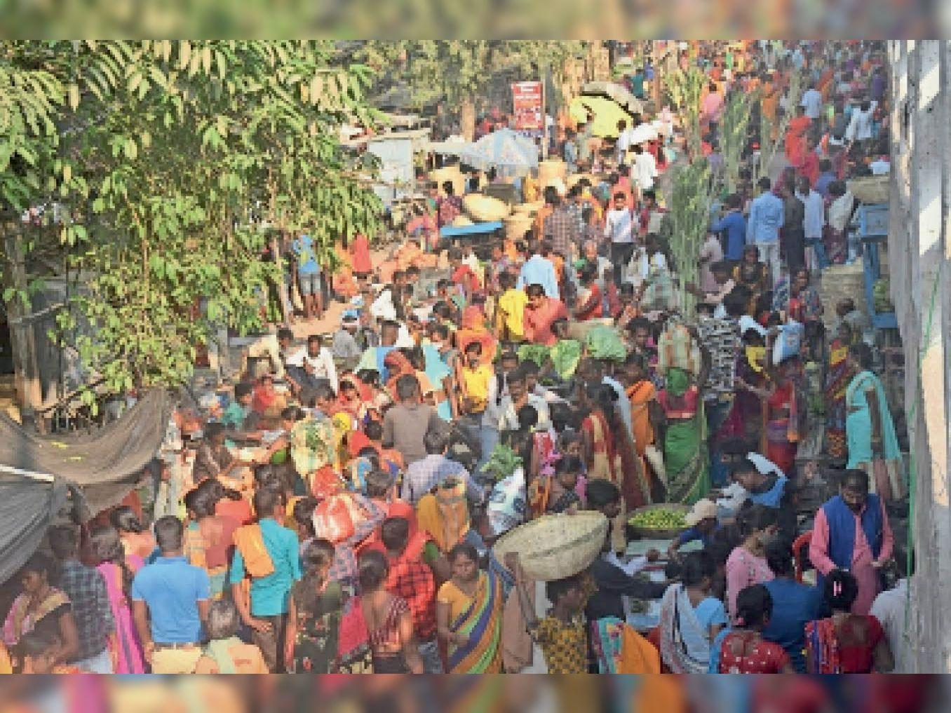 छठ पूजा को लेकर खुश्कीबाग़ बाजार में उमड़ी लोगों की भीड़।