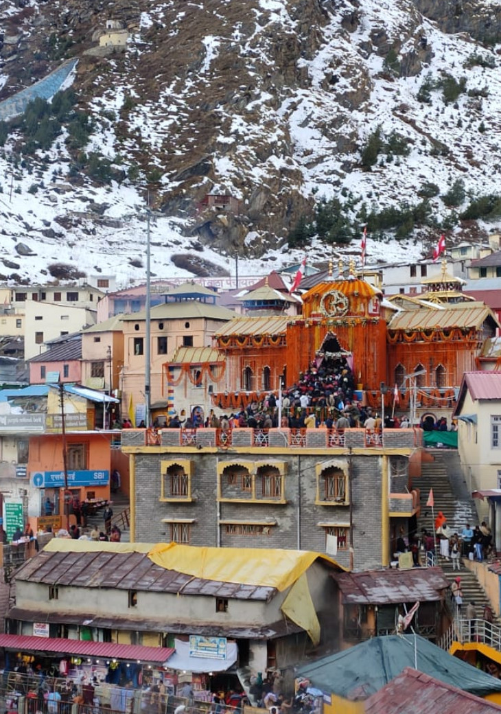 Badrinath Dham is located between Nar and Mount Narayan.
