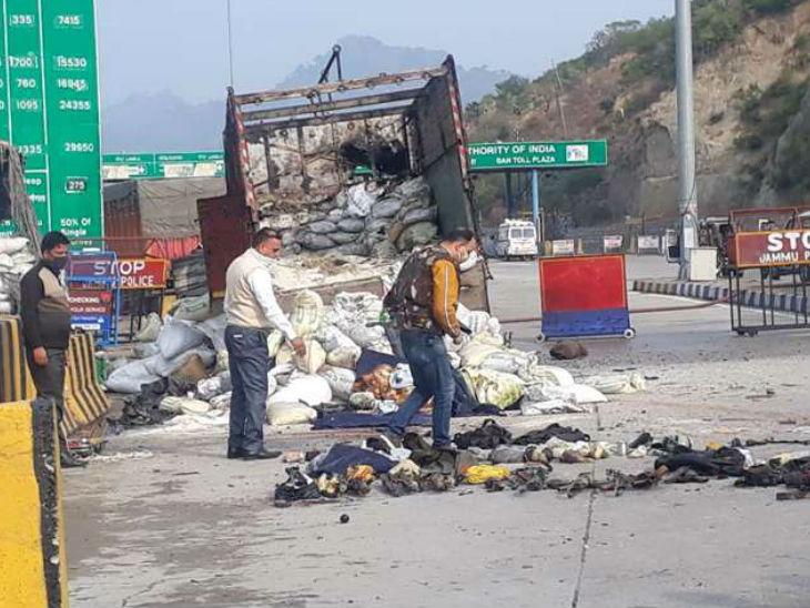 आतंकी ट्रक में चावल की बोरियों के बीच छिपे बैठे थे। पुलिस ने धमाके से इन आतंकियों का खात्मा कर दिया।