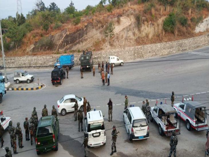 इस एनकाउंटर के बाद इलाके में भारी पुलिस बल तैनात किया गया है। जगह-जगह वाहनों की चेकिंग की जा रही है।