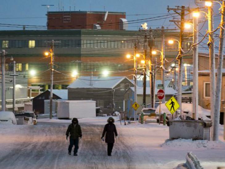 अलास्का का उतकियागविक शहर इतना ठंडा है कि यहां की गर्मियां भी सर्द होती हैं। गर्मियों में यहां 5 डिग्री सेल्सियस तक तापमान होता है।