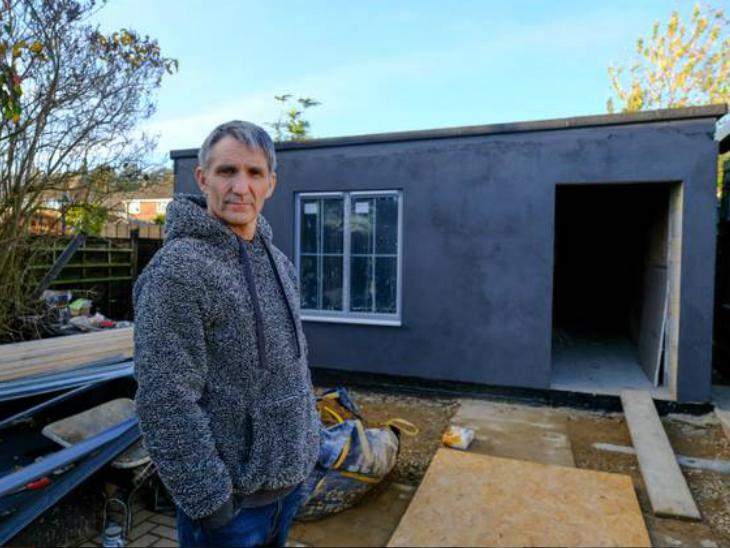 एलर्जी के खतरे को कम करने के लिए ब्रूनो घर के बाहर गार्डन में एक खास तरह का आउटहाउस बनवा रहे हैं।