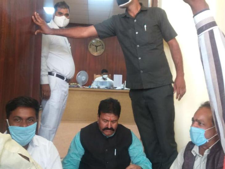 कमिश्नर कार्यालय के गेट पर धरने पर बैठे पूर्व मंत्री राधेश्याम सिंह।