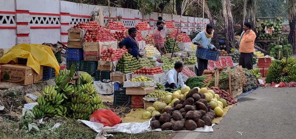 बेली रोड पर पटना जू के पास सजा बाजार।