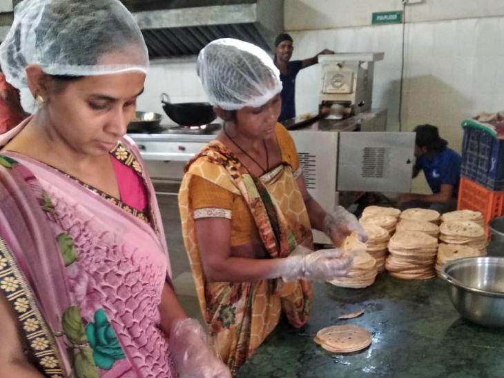 मीनाबेन ने इस काम के लिए 10 महिलाओं को रखा है, वो रोटी बनाने से लेकर पैकिंग करने का काम करती हैं।