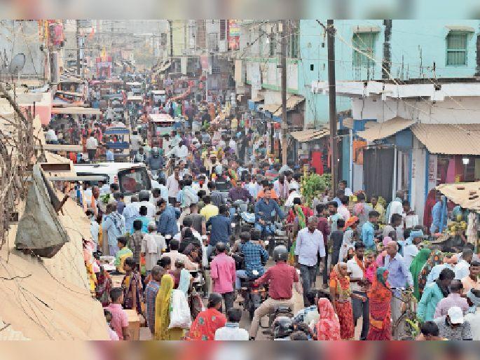 छठ पर्व काे लेकर शिवाजी चाैक बाजार में खरीदारी करने के लिए उमड़ी लाेगांे की भीड़।