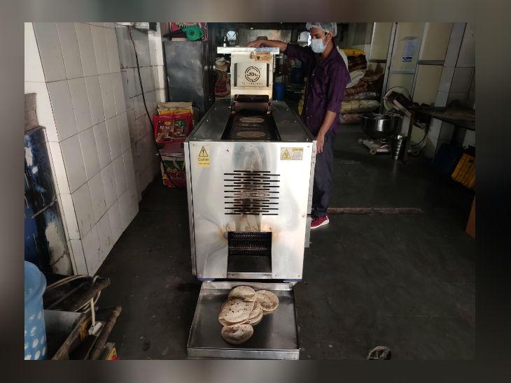 मीनाबेन के साथ काम करने वाले मशीन से रोटियां तैयार करते हैं।