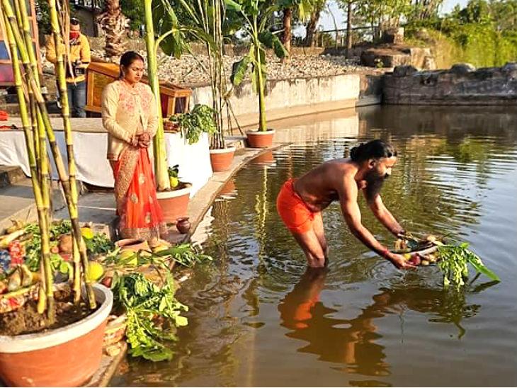 योग गुरु बाबा रामदेव ने हरिद्वार के पतंजलि योगपीठ में पूजा की।