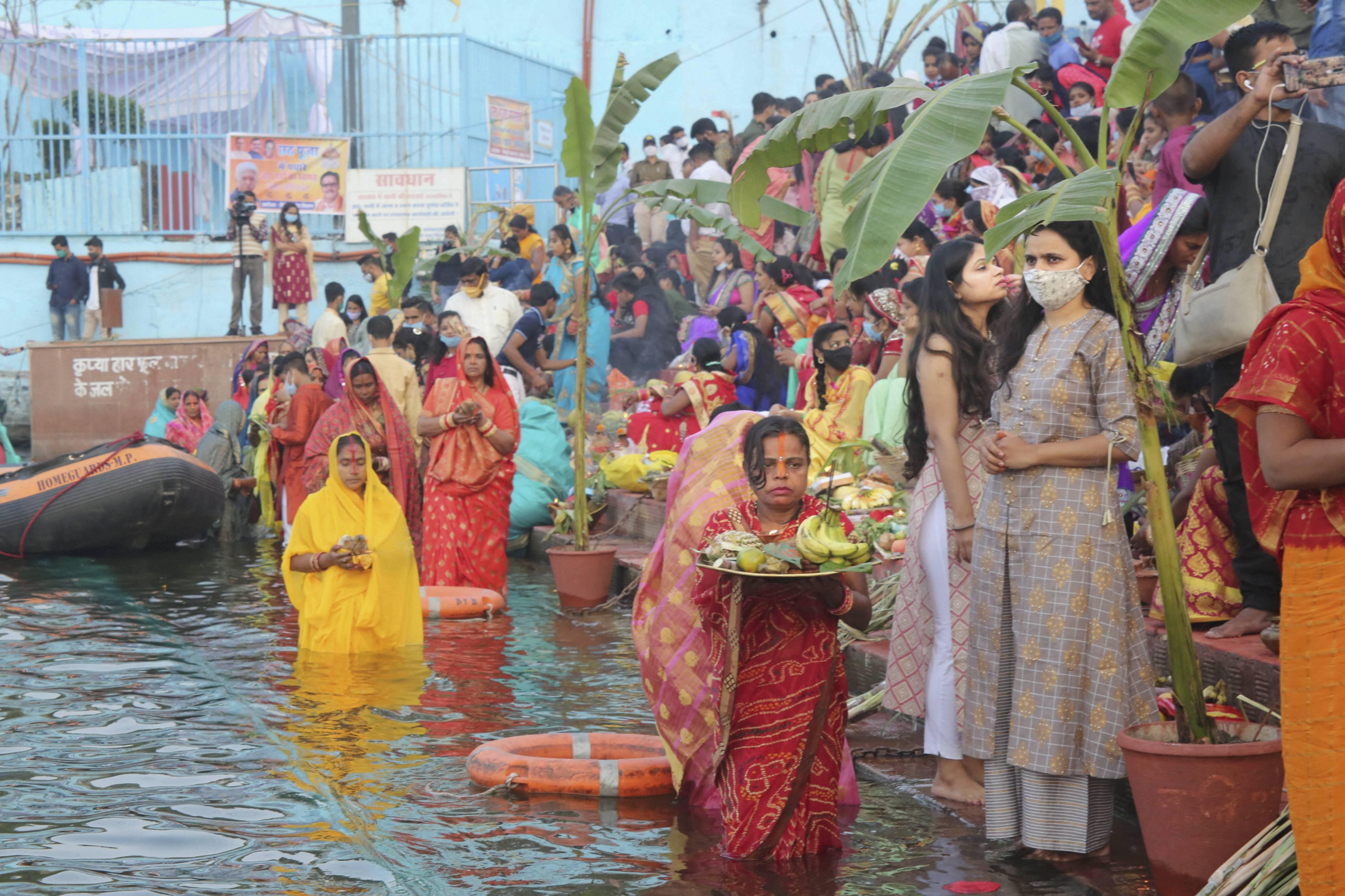 भोपाल के बड़ा तालाब में पूजा के लिए पहुंचे व्रती।