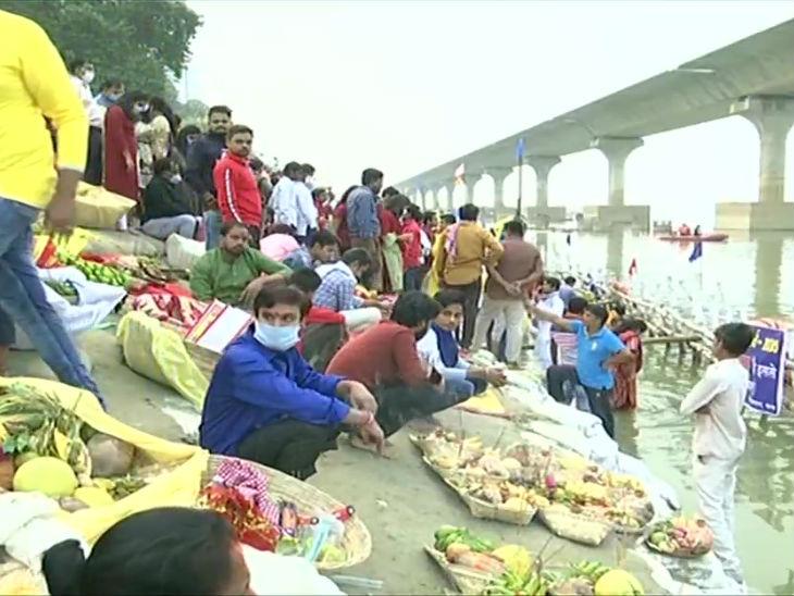 बिहार के पटना कॉलेज घाट पर श्रद्धालु छठ मनाने पहुंचे। कोरोना के चलते प्रशासन की अपील के बावजूद यहां काफी भीड़ नजर आई।