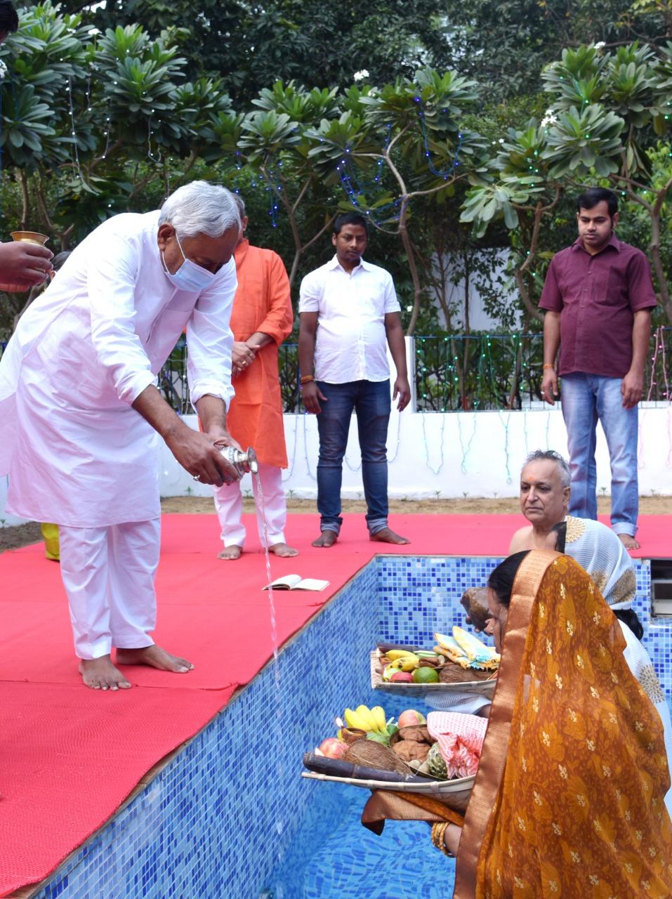 बिहार में मुख्यमंत्री आवास पर नीतीश कुमार ने स्वीमिंग पूल में अर्घ्य दिया। इस बार नीतीश की भाभी ने छठ का व्रत रखा है।