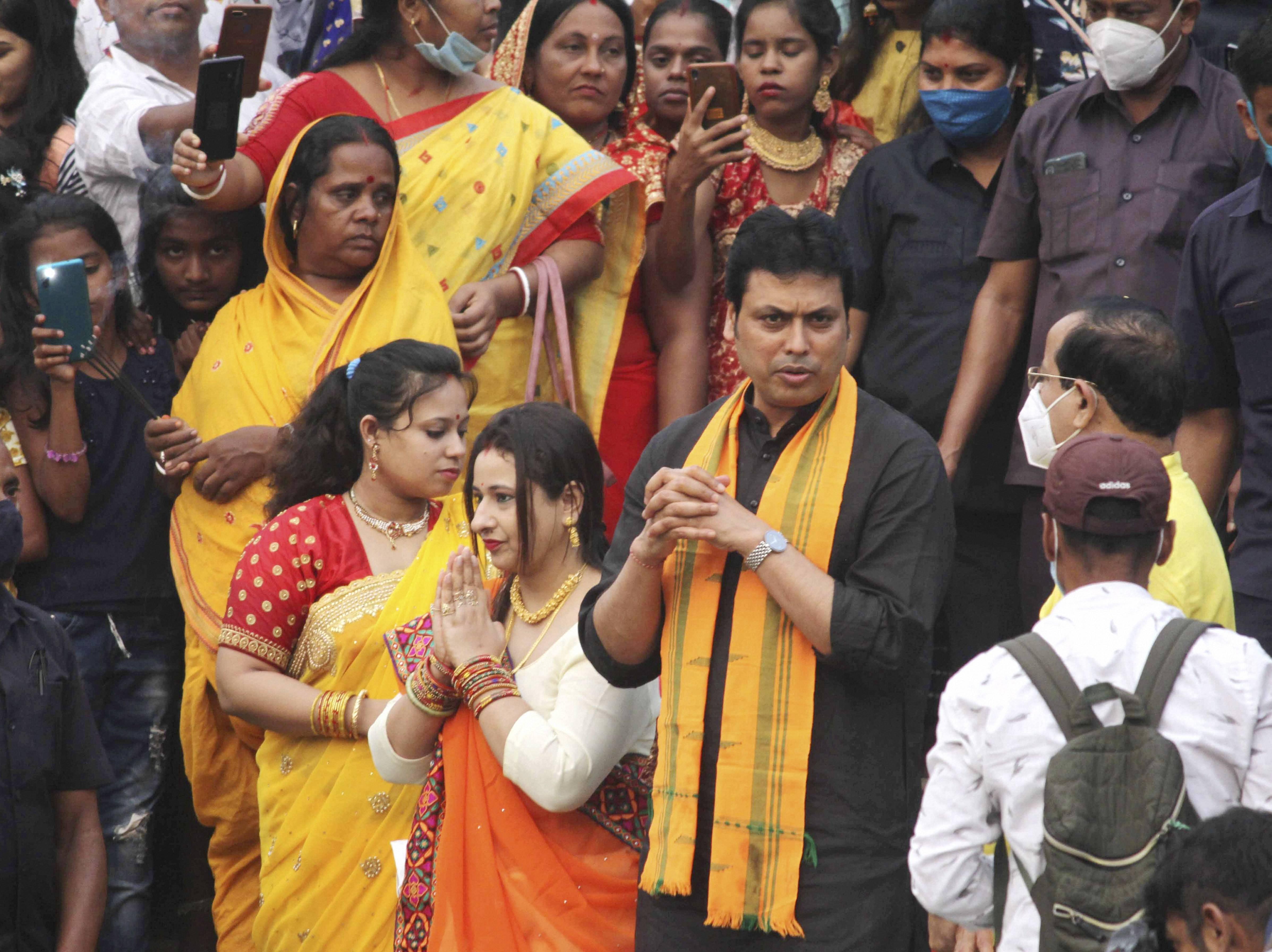 त्रिपुरा के सीएम बिप्लब कुमार पूजा करने पहुंचे।