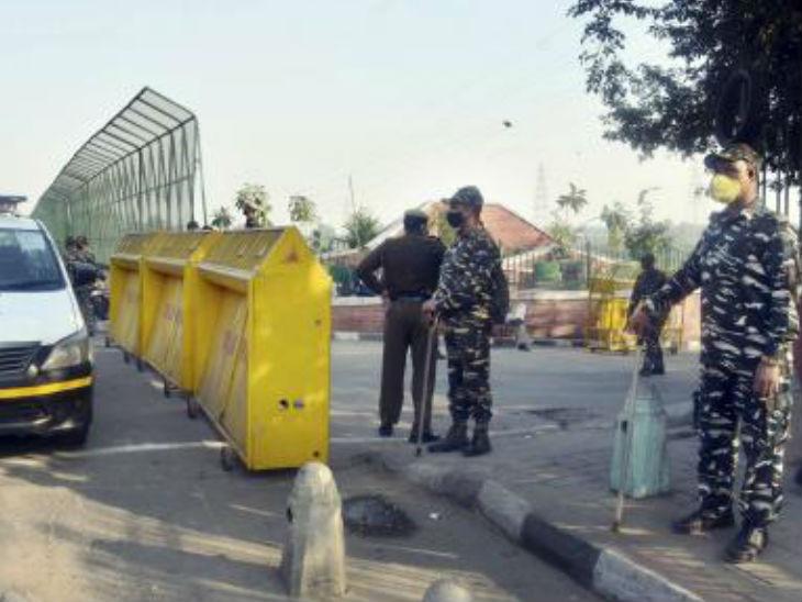 दिल्ली में सार्वजनिक स्थानों पर छठ पूजा पर रोक है। ITO पर यमुना किनारे तैनात सुरक्षा बल।