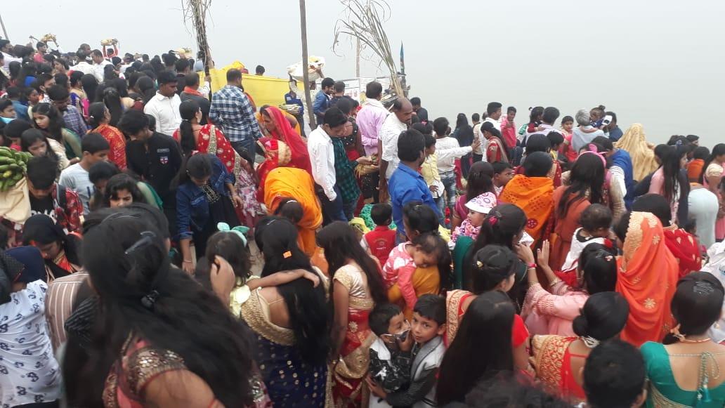 फोटो पटना के दीघा घाट की है। यहां पर छठ मनाने वालों की भारी भीड़ उमड़ी है।