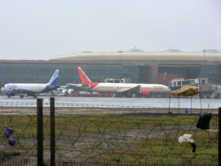 सूत्रों के मुताबिक, तेजी से बढ़ते संक्रमण के चलते दिल्ली और मुंबई के बीच उड़ानें कुछ समय के लिए रोकी जा सकती हैं।