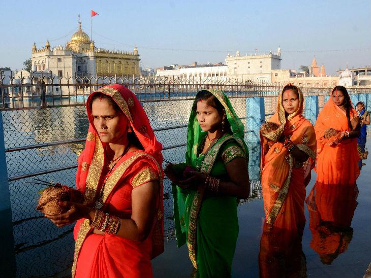 अमृतसर में श्री दुर्ग्याणा मंदिर के पास छठ पूजा के लिए पहुंची व्रती महिलाएं।