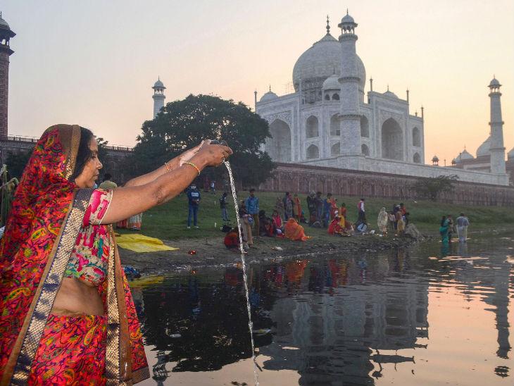 ताज महल के पास यमुना में खड़े होकर सूर्य को अर्घ्य दिया गया।