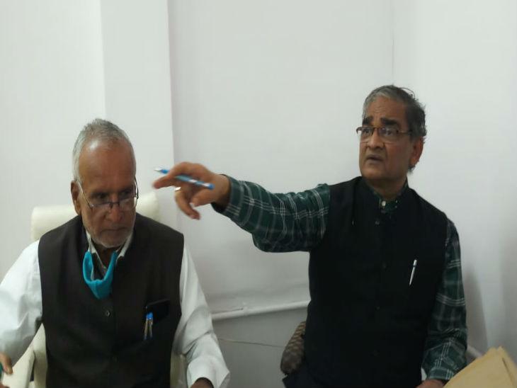 वरिष्ठ अधिवक्ता रामेश्वर नीखरा के साथ नवनिर्वाचित अध्यक्ष विजय चौधरी।