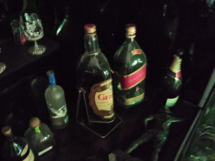 अलग-अलग ब्रांड की विदेशी शराब यहां मिली थीं।