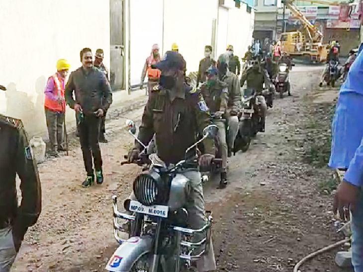 बाइक से कार्रवाई के लिए पहुंची पुलिस।