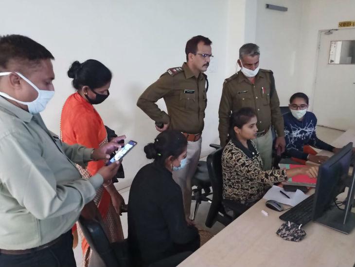 पुलिस कंट्रोल रूम में ऑटो की पहचान करने का प्रयास करती पुलिस।