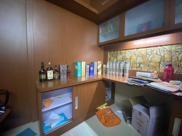 अधिकारी के जोधपुर स्थित आवास पर बरामद हुई शराब की बोतलें।