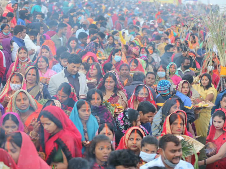 A crowd of women fasting during the Mahaparava.