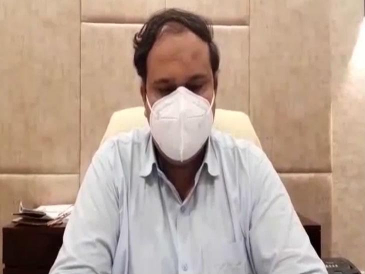 कलेक्टर कर्मवीर शर्मा कोरोना संक्रमण से निपटने की जानकारी देते हुए