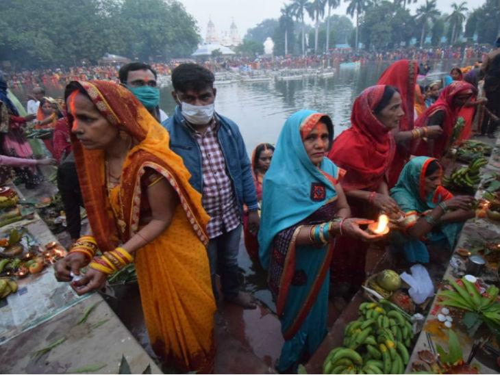 Women worshiping during Chhath.