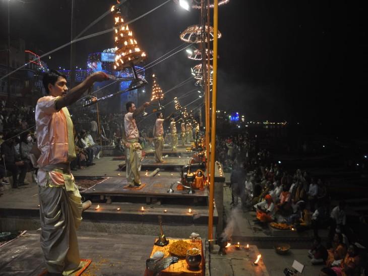 गंगा सेवा निधि के प्रमुख रहे सत्येन्द्र मिश्र ने 1991 में गंगा आरती एक अर्चक द्वारा शुरू किया था।