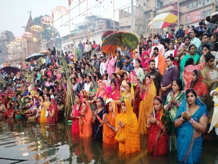 On Saturday, on the festival of Suryopasana, people gave halfway to the banks of Ganga Ghat, Surya Sarovar, Varuna River and Kunda.