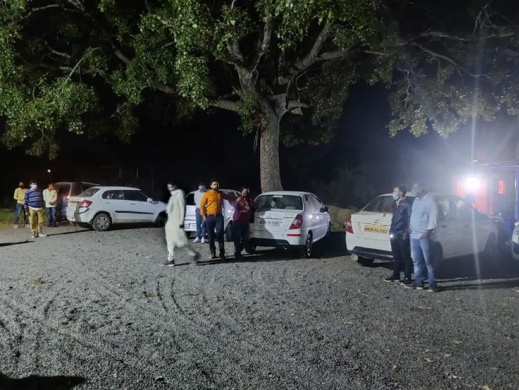जुआरियों से पुलिस ने 3 लाख 40 हजार रुपये कैश, 40 मोबाइल, 5 ताश गड्डी 5 कारें, 1 दुपहिया वाहन जब्त किया है।