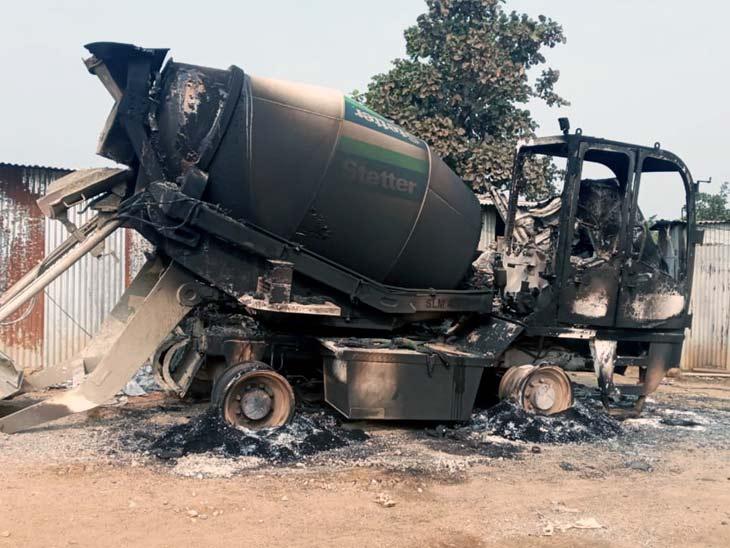 नक्सलियों ने एक मिलर मशीन को आग के हवाले कर दिया।