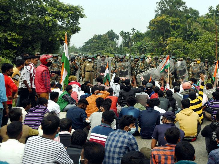 बिगड़े हालात संभालने के लिए बड़ी संख्या में पुलिसकर्मी तैनात किए गए हैं।