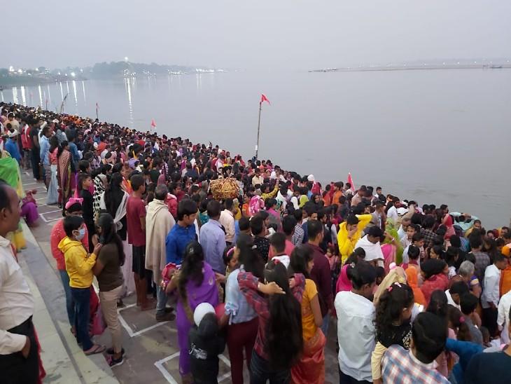 फतुहा के कटैया घाट पर श्रद्धालुओं की भीड़।