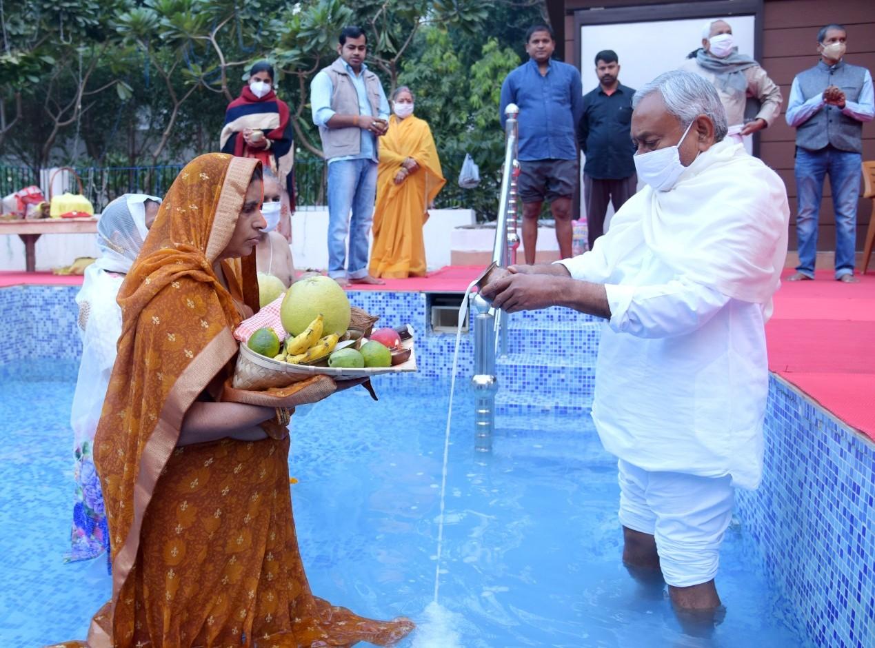 शनिवार की सुबह सीएम आवास के तालाब में अर्घ्य देते मुख्यमंत्री नीतीश कुमार। इस बार मुख्यमंत्री की भाभी ने छठ व्रत किया है।