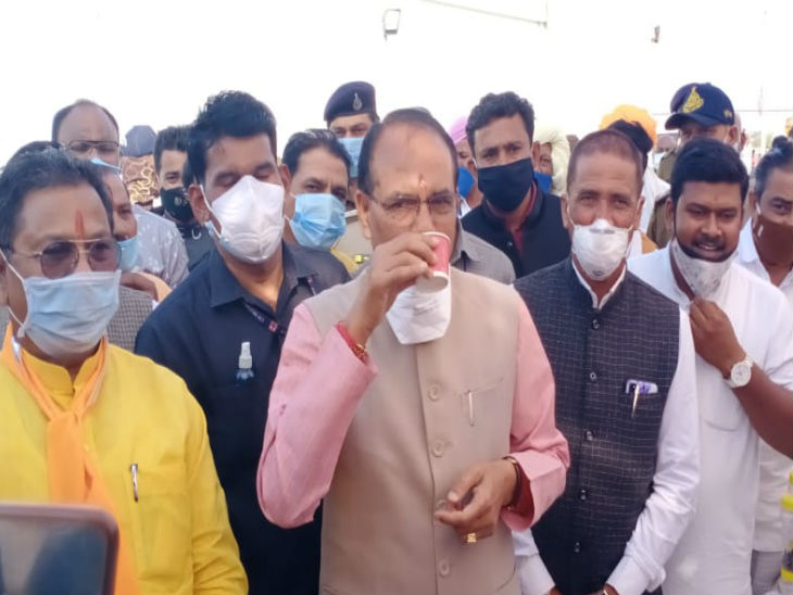 उज्जैन के शासकीय धन्वंतरि आयुर्वेदिक कॉलेज के बनाए स्टॉल से आरोग्य कषाय काढ़ा पीते हुए मुख्यमंत्री शिवराजसिंह चौहान ।