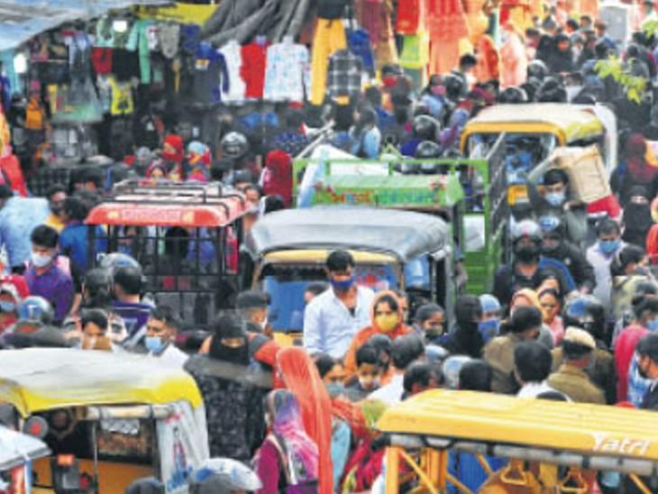सोशल डिस्टेंसिंग की धज्जियां उड़ाती यह तस्वीर जयपुर की है। ज्यादातर लोगों ने मास्क भी नहीं पहना। सचेत हो जाइए, अपने परिवार की फिक्र कीजिए।