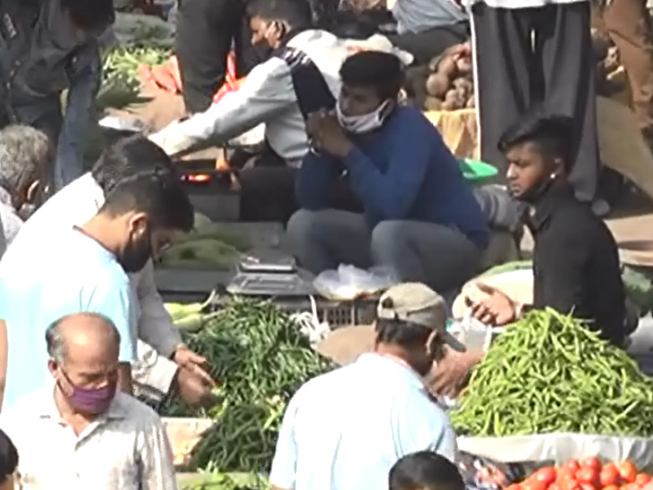 Many people appeared without mask at the Surat vegetable market.