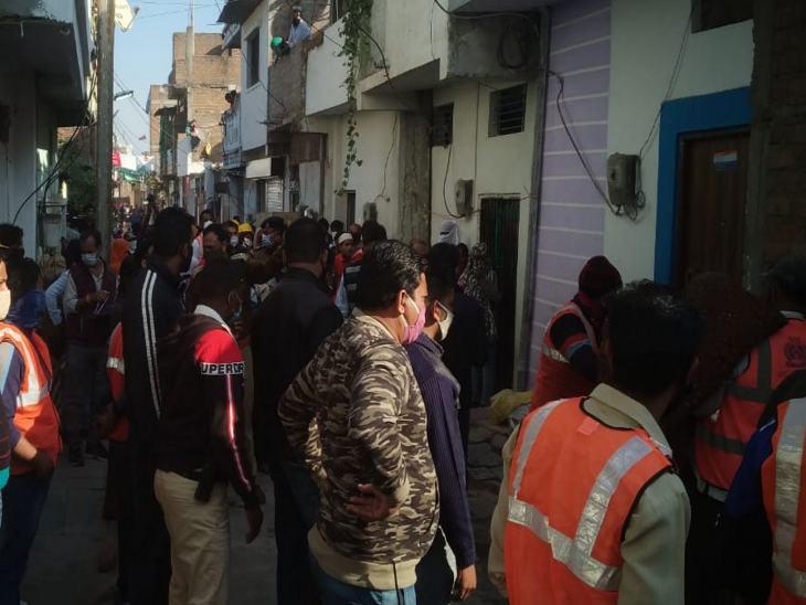 निगम की टीम ने पहले घरों से सामान बाहर करवाया।