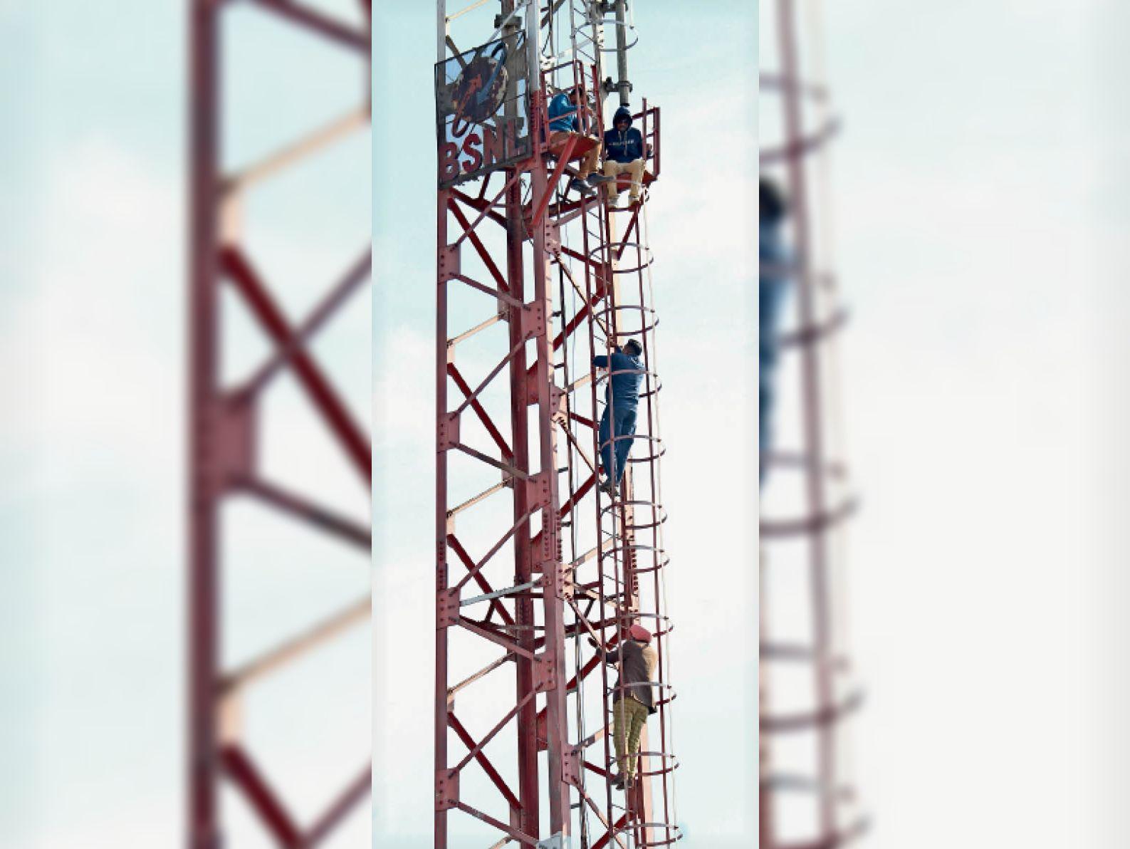टावर पर चढ़ते बेरोजगार पीटीआई अध्यापक।