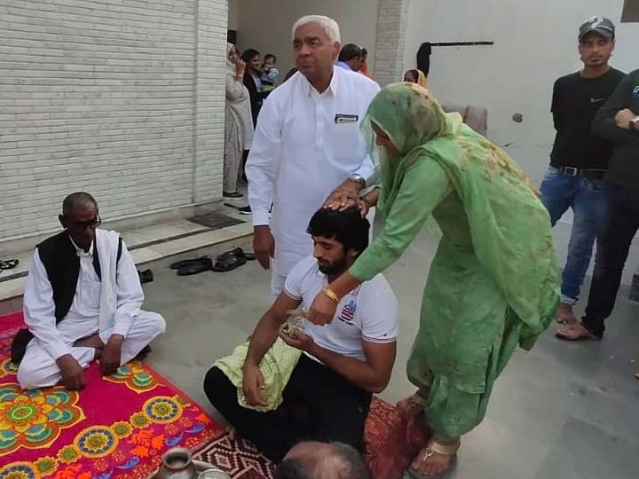 Sangeeta Phogat's father Mahavir Phogat and mother Daya Kaur gave Shagun to Bajrang during the ritual.  -File photo