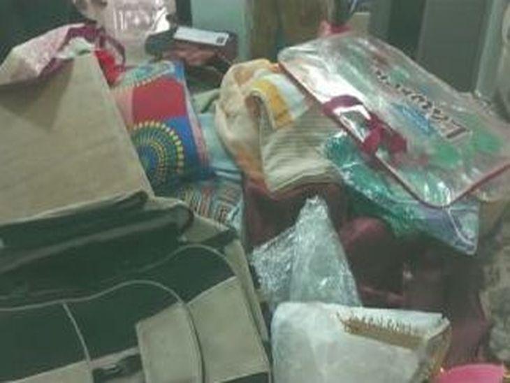 चोरी के बाद घर में बिखरा पड़ा सामान